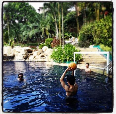 @yysbeast: BEAST is playing water (= swimming)ㅋㅋMe, Dujun, Gikwangieㅋㅋ